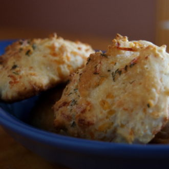 Cheesy Garlic Biscuits (Does Red Lobster ring a bell?)