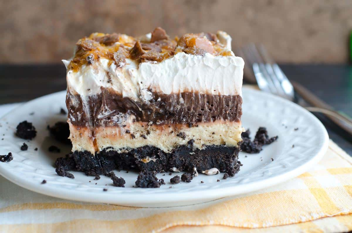 layered dessert with chocolate pudding, whipped topping and oreo crust