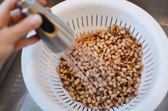 rinsing black eyed peas in colander